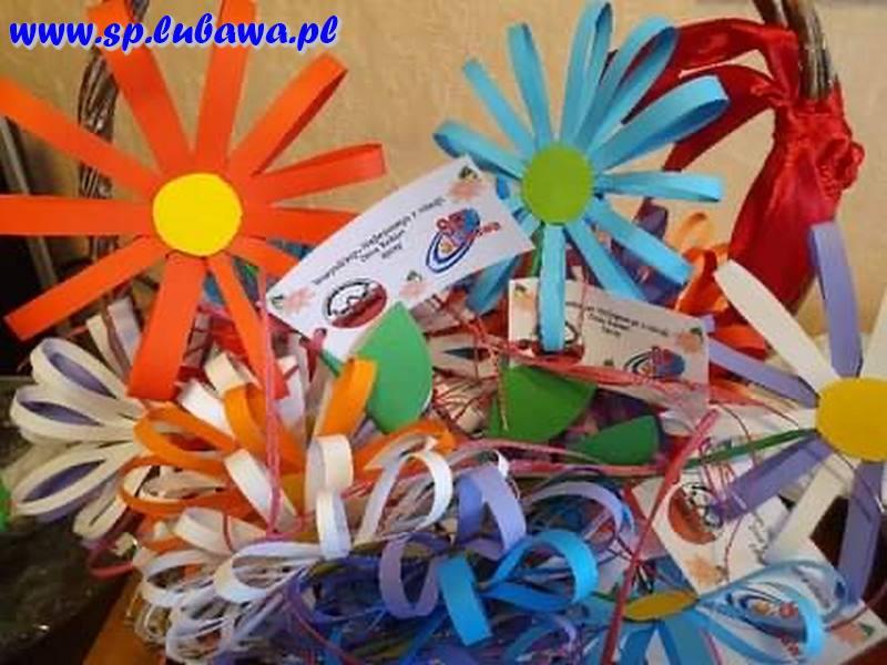 Papierowe kwiaty wykonane przez uczniów.